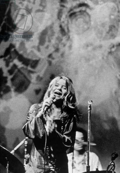 La chanteuse Janis Joplin (1943-1970) en concert, fin des annees 60 - Singer Janis Joplin (1943-1970) on stage, late 60's