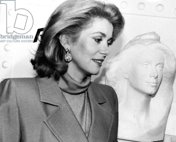 Catherine Deneuve on October 28, 1985 with the bust of Marianne