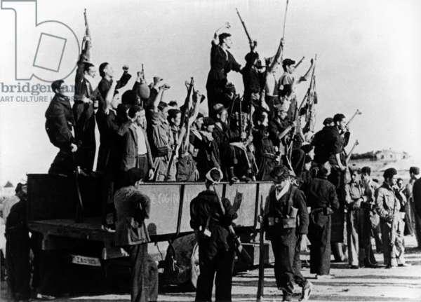 Spanish civil war, 1936-1939 : republican soldiers brandishing riffles