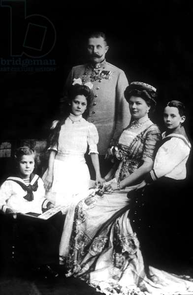 Francois Ferdinand of Habsburg (1863-1914) archDuke of austria with his wife Sophie de Hohenberg and their children : Princess Sophie of Hohenberg, prince Maximilien of Hohenberg, prince Ernest of Hohenberg (l) c. 1908