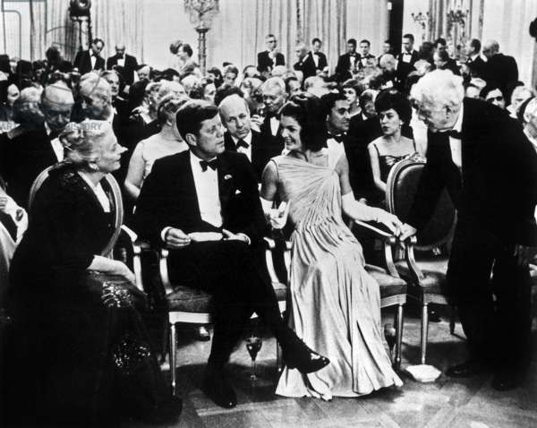 Le président américain John Kennedy et son épouse Jackie avec les lauréats du prix Nobel Pearl Buck (g) et Robert Frost (r) lors d'une réception à la Maison Blanche à Washington, le 29 avril 1962