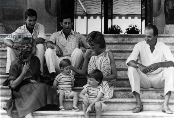 King Juan Carlos 1st of Spain and his wife Queen Sofia with prince of Wales Charles and Princesse Diana (Lady Di, Diana Spencer) and their children princes William and Harry, Palma de Majorque, August 14, 1986