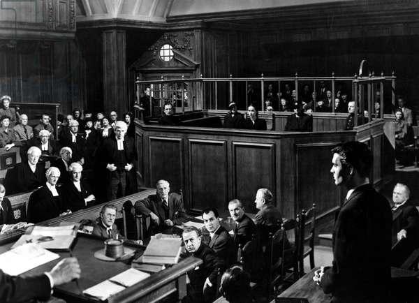 Le Proces Paradine (The paradine case) de AlfredHitchcock avec GREGORY PECK [left, standing], LOUIS JOURDAN [right] 1947