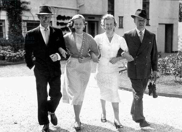 g-d : Fred Astaire avec sa fille Ava et ses parents Gilhan et Jack Leach en 1956 ---Fred Astaire with his daughter Ava and his parents Gilhan and Jack Leach in 1956