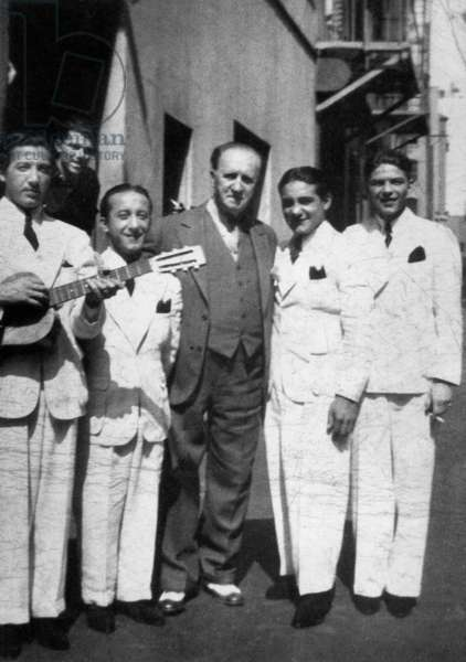vocal group The Hoboken Four with Frank Sinatra (r) in Los Angeles in 1936 at Theatre Manager