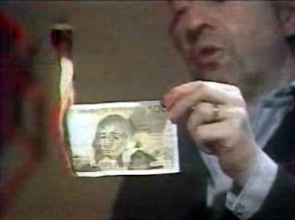 Serge Gainsbourg en train de bruler son billet de 500 francs dans l'emission 7 sur 7 sur l'antenne TF1 le 11 mars 1984.