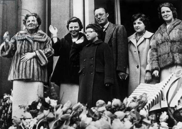 Queen Juliana of Netherlands celebrating her birthday (50 years old), Soestdijk palace, Baarn, may 1st, 1959 : queen Juliana, princess Beatrix, princess Christina (Marijke), prince Bernhard zur Lippe Biesterfeld, princess Margriet and princess Irene (photo)