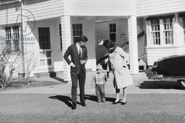 President Famille Family John and Jackie Kennedy (Pregnant) With Their Daughter Caroline November 11, 1960 (b/w photo)