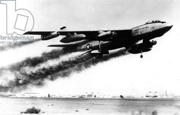 Boeing B47 Stratojet , Medium Range Bomber Used in 1947-1956 By Sac Startegic Air Command, With 33 Rockets, here during A Take-Off April 3, 1954 (b/w photo)