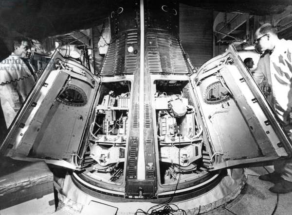 Gemini 2 (January 19, 1965) : Engineers Preparing The Gemini Ii Space Capsule For Launch With Crewmen Simulator (b/w photo)