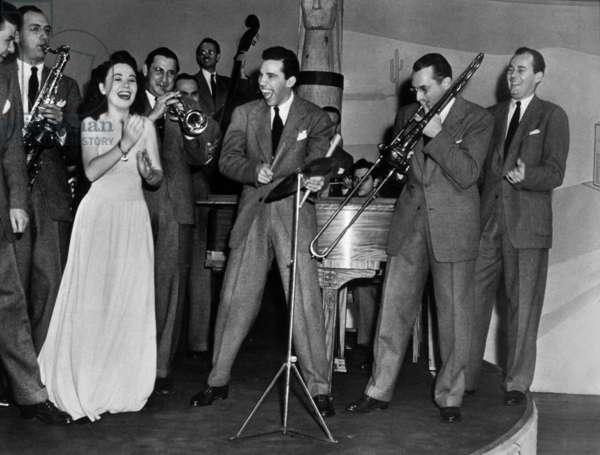 Tommy Dorsey and his Orchestra, : Frank Sinatra (On L, Hidden) Avec Connie Haines, Ziggy Elman (Trumpet), Buddy Rich (Drum) and Tommy Dorsey (Trombone) C. 1939 (b/w photo)