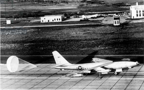 Boeing B47 Stratojet , Medium Range Bomber Used in 1947-1956 By Sac Startegic Air Command, during Trial of Landing in Wichita (Kansas) January 30, 1952 (b/w photo)