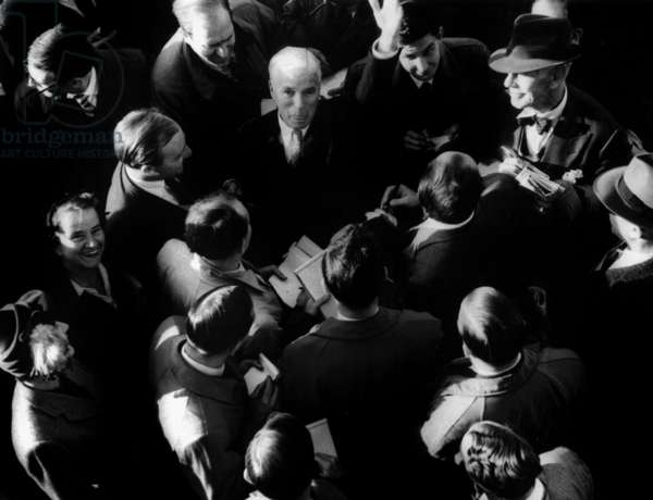 Charlie Chaplin Surrounded By Journalists at his Arrival in Southampton Aboard Queen Elizabeth September 24, 1952 (b/w photo)