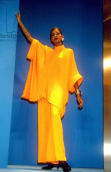 Pierre Cardin Fashion For Summer 1991 : Ample Yellow Shirt on A Long Skirt (photo)