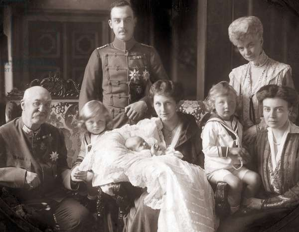 Ernst August of Brunswick and Hanover with family, 1917 (b/w photo)