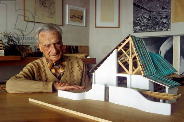 Giovanni Michelucci observing the scale model of the Church of Saint John the Baptist