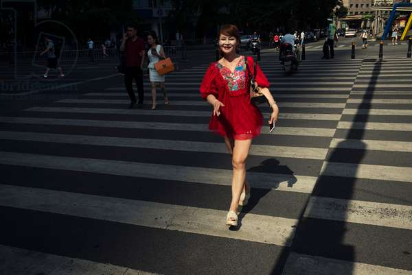 Lady in red, Chengdu, China (photo)