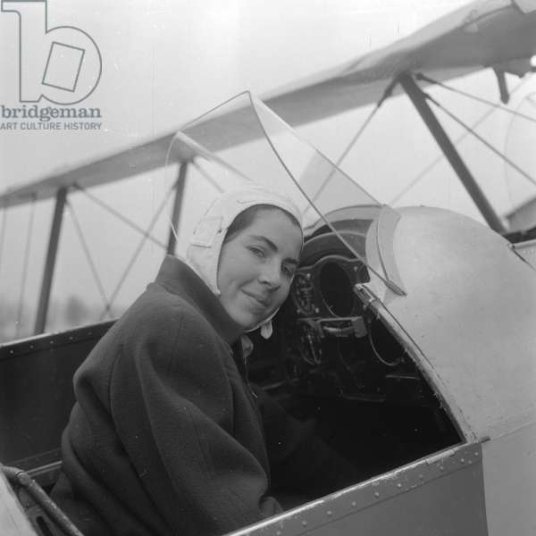 Francine Abadie, the youngest french pilot, 1952