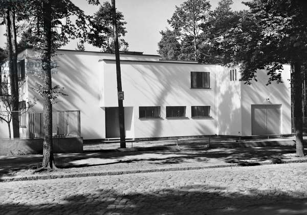 View of a house designed by Walter Gropius, Berlin-Zehlendorf, 1927 (b/w photo)