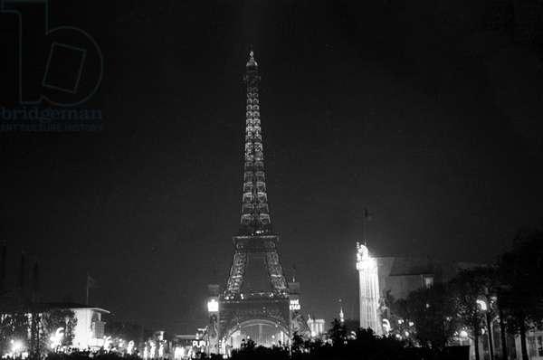 World Fair, Paris, 1937: the Eiffel Tower by night (b/w photo)