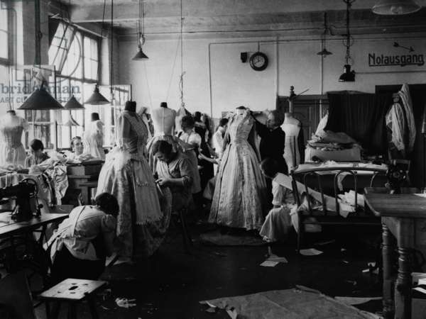 Women sew costumes in a studio, Neubabelsberg, 1930 (b/w photo)