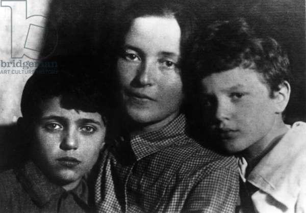 Giulia Schucht with her sons Delio and Giuliano