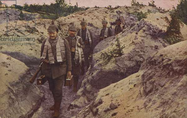 German soldiers delivering munitions to the forward trenches, World War I, 1914-1916 (photo)
