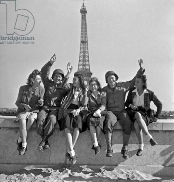 Liberation of Paris, August 1944 : Women and American Soldiers in Front of The Eiffel Tower (b/w photo)