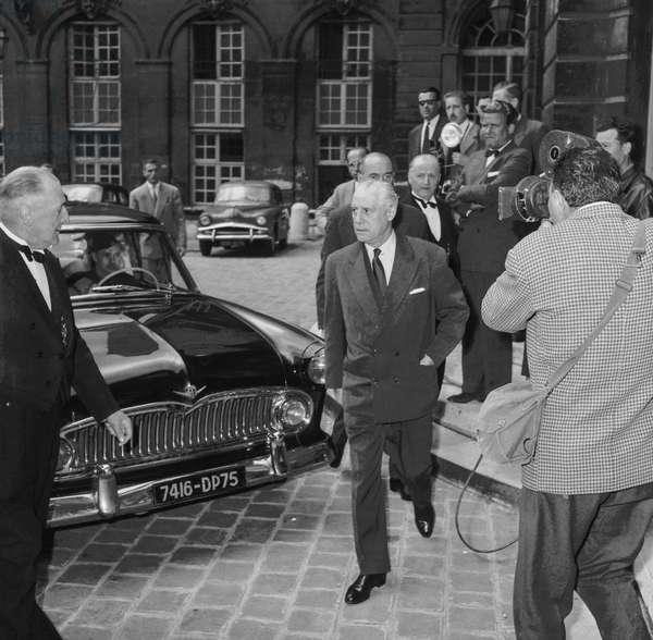 Guerre d'Algerie : le general Raoul Salan quittent l'hotel Matignon apres avoir rencontre DeGaulle, Paris, 3 juin 1958 neg:B3901  --- Algerian war : French general Raoul Salan leaving Matignon Hotel after meeting with DeGaulle, Paris, June 3, 1958 (b/w photo)