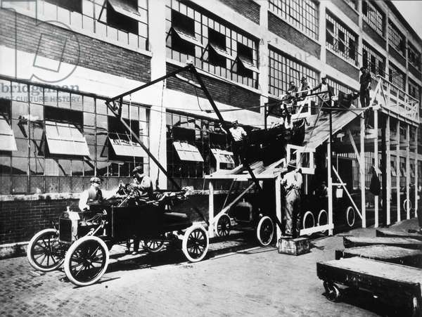 Montage of the car model 'Tin Lizzy' in the Ford plants in 1913 (b/w photo)