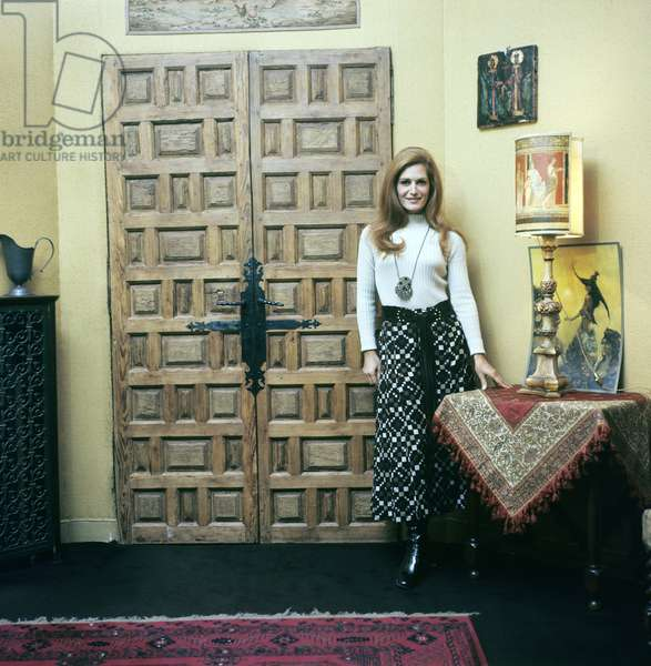 Dalida posing in her house, France, 1968 (photo)