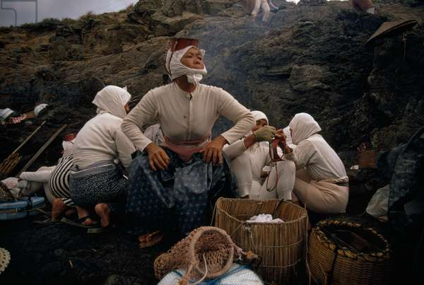 Ama divers of Japan warm themselves beside an early-morning fire, Japan, 1970 (photo)