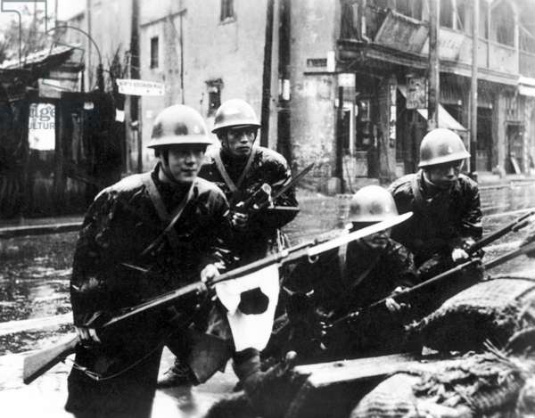 China / Japan: Imperial Japanese troops street fighting during the Battle of Shanghai, 1937