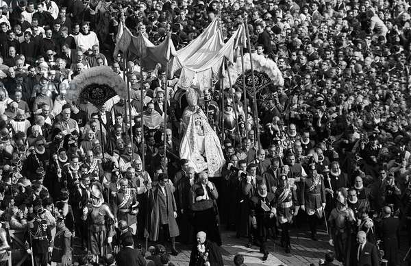 Roman Catholic Bishops carry Pope John xxiii past gathering crowds at St Peter's Basilica into the Vatican, 14/10/1962 (b/w photo)