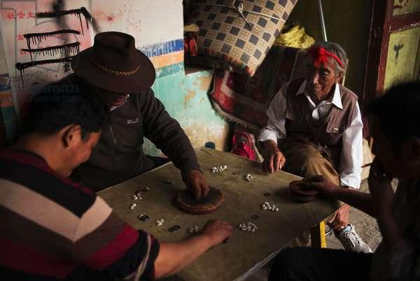 Street games, Lhasa, Tibet (photo)