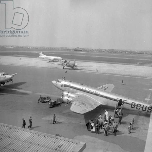 Arrival of foreign tourists at the Bourget airport, 1952