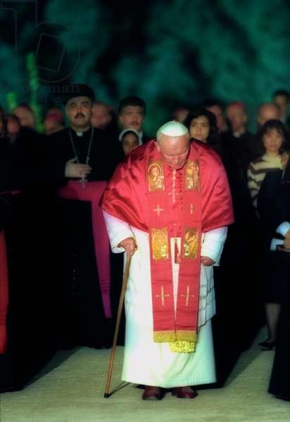 Rome, Coliseum, April 21, 2000. Pope John Paul II along the Way of the Cross (photo)