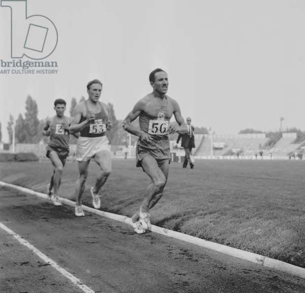 Athletism competition between France and Finland in Colombes (France), September 25, 1960 :  Olavi Salonen and Alain Mimoun (56) (b/w photo)