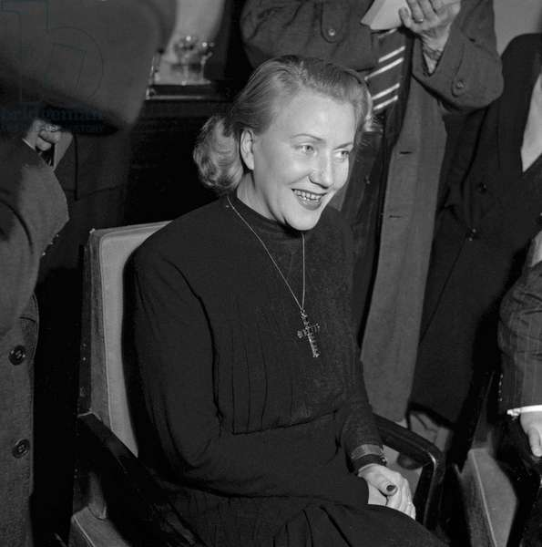 Emmanuelle de Dampierre, duchess of Segovia, in Paris during a press conference at Crillon hotel to announce her divorce, December 20, 1949 (b/w photo)