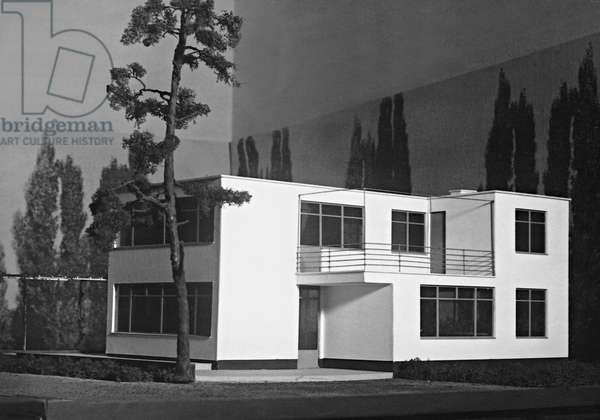 Model of a single family house by Walter Gropius (b/w photo) (see also 487171)