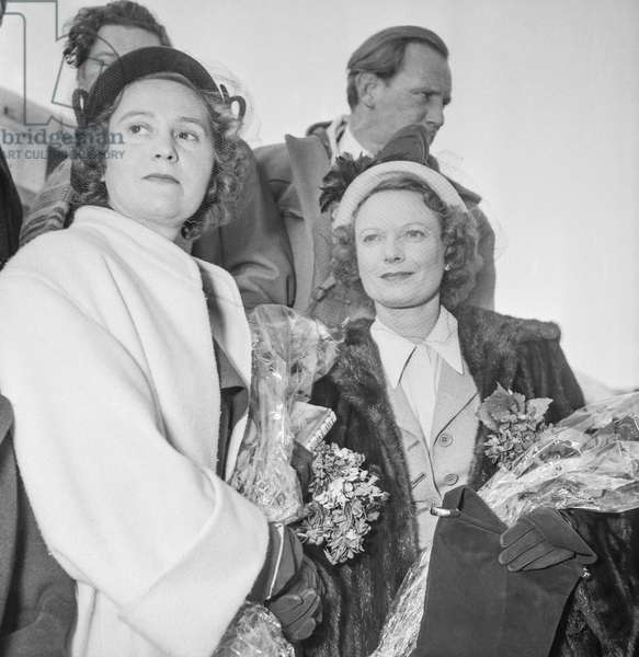 Odette Churchill (Odette Samson, former Resistance fighter) and Anna Weagle arriving in Paris, October 24, 1950 (b/w photo)