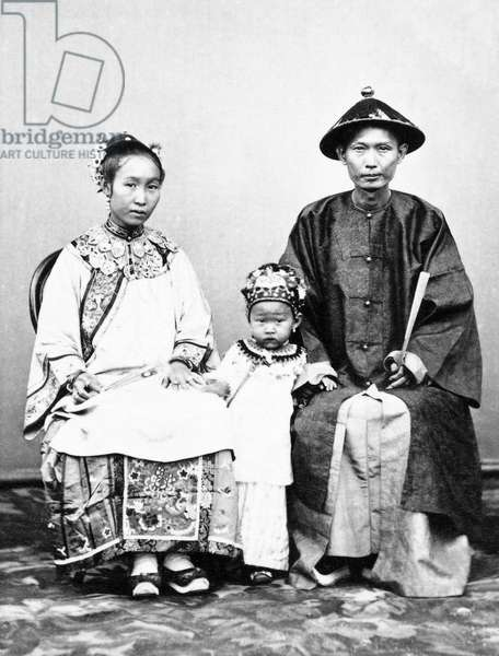 Indonesia / Java: Studio portrait of a Chinese merchant with his wife and child. Batavia / Jakarta, Woodbury and Page, 1870