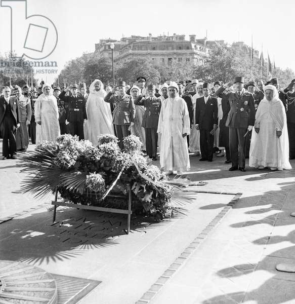 Visit in Paris of Sultan of Morocco Sidi Mohamed Ben Youssef  (Mohamed V) on October 11, 1950 : here at the Tomb of the Unknown Soldier (b/w photo)