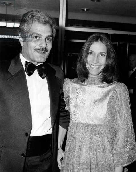 Omar Sharif et Carolyn Pfeiffer (b/w photo)