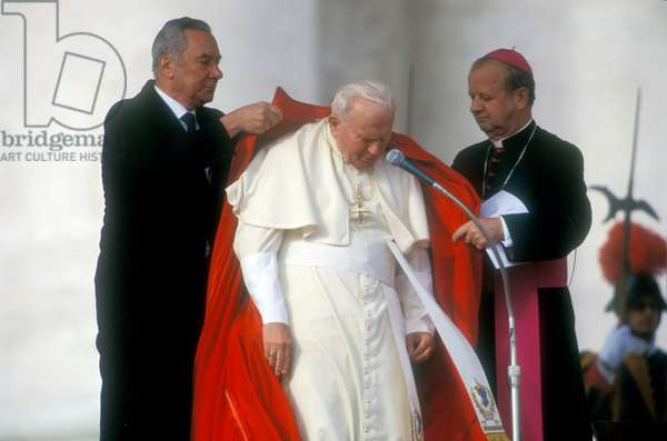Vatican City, November 17, 2000. Pope John Paul II during an audience in St. Peter's Square (photo)