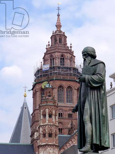 City view of the state capital of Rhineland-Palatinate. The Johannes Gutenberg monument. Mainz Cathedral in the background. 2015 (photo)