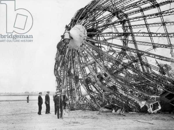 Wreck of the LZ 129 'Hindenburg' (b/w photo)