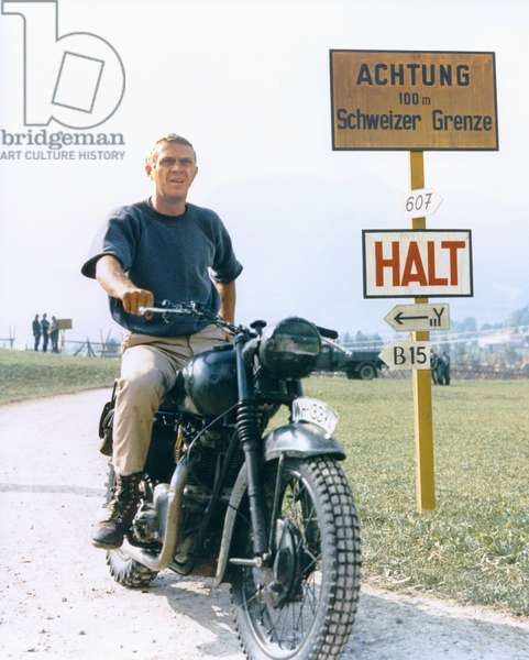 THE GREAT ESCAPE, 1963 directed by JOHN STURGES Steve McQueen riding a Triumph T110 from, 1962 (photo)