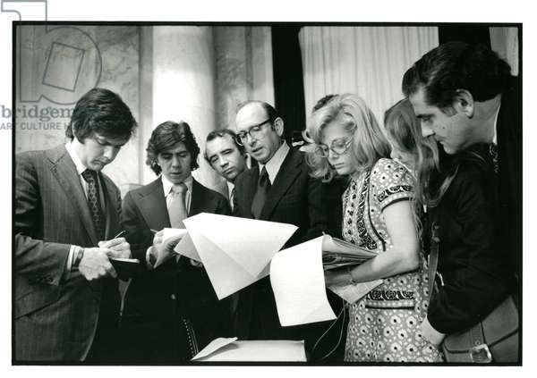 Samuel Dash (center with glasses) briefs journalists during the Watergate hearings, June 26, 1973 (b/w photo)