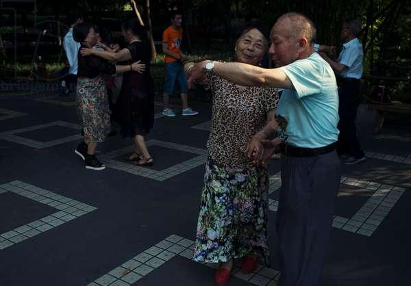 Dancing in the park, Chengdu, China (photo)